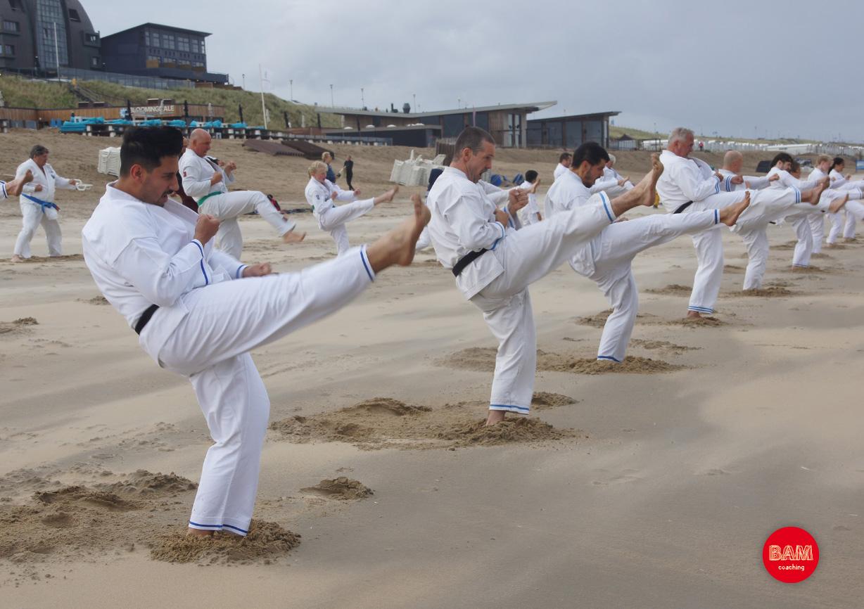 Training met Ben Schouten van BAM Coaching en groep karateka's op strand in Bloemendaal aan Zee.