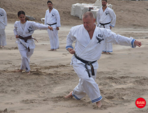Training met groep karateka's op strand in Bloemendaal aan Zee